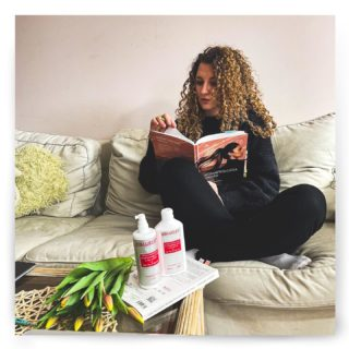 Co używać przy nadmiernym wypadaniu lub niektórych tyłach łysienia?  💡Oczywiście łysienie czy długotrwałe nadmierne wypadanie włosów to efekt wielu czynników i wymaga leczenia od postaw, tj. od znalezienia przyczyny i pracy nad nią - leczeniem, dietą, suplementacją, pielęgnacją.  ❗️Pamiętaj, że kluczowe jest najpierw ograniczenie nadmiernego wypadania, a dopiero kolejno intensywne pobudzanie porostu. Nie atakuj skóry głowy!  ➡️ Dzisiaj podzielimy się z Wami recenzją zestawu Hairgen w ramach współpracy z polskim dystrybutorem marki (www.dermaprofil.pl) miałyśmy okazję testować (i nadal używamy). Wcierka Hairgen znalazła się już w naszym TOP5 wcierek, gdyż stosowałyśmy ją kilka miesięcy temu (głównie ja, Asia) i dała świetne efekty, głównie pod kątem ograniczania wypadania.   W nawiązaniu właśnie do tamtego posta nawiązała się współpraca między nami a dystrybutorem marki Hairgen.  💡 To jeden z niewielu preparatów na rynku z melatoniną w składzie, której pozytywny wpływ na łysienie androgenowe jest potwierdzone badaniami.   ➡️ Naszą opinię i efekty znajdziecie na grafikach.  ➡️ Po tym jak zaczęłyśmy testować wcierkę i szampon miałam (Asia) wizytę u dermatologa właśnie w temacie nadmiernego wypadania. Pani dermatolog wstępnie stwierdziła łysienie androgenowe (dalej wykonuję różnorakie badania) i miło się zaskoczyłam kiedy obok preparatu z minoksydylem przepisała mi również... wcierkę Hairgen 😊 Cykl terapii to około 3-4 miesiące więc będę dalej kontynuować leczenie.  ➡️U Karoliny problemy z nadmiernym wypadaniem związane są głównie z niedoczynnością tarczycy i wahaniami hormonalnymi. Dlatego też chce spróbować dłuższej terapii z Hairgen i zaobserwować efekty.  ➡️ Z kolei szampon jest mocny, leczniczy, dobrze współdziała ze wcierką. My od dłuższego czasu stosujemy szampony średnie i mocne częściej - w szczególności przy falach Karoliny to się sprawdza 💪  ➡️ Produkty są wyrobem medycznym, a więcej informacji można znaleźć na stronie producenta. Przed użyciem przeczytaj też